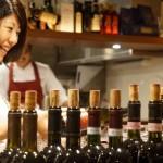 最初のワイン、微発泡のベッコロッソが注がれ始めました。