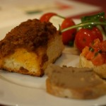 オツマミは、メインテーブルにある大皿から好きなものをセルフでいただくビュッフェ形式。